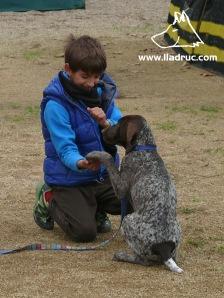 En Pere, l'alumne més jove del curs, ensenyant a la Bruna a donar la pota
