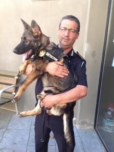 La Fura amb la placa de la policia local de Sant Feliu de Guíxols!