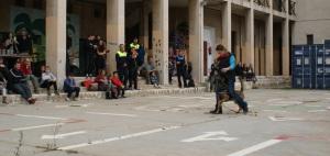 La Cendra caminant al mig de les cames en un moment de l'exhibició d'habilitats canines