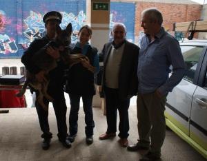 La Fura molt ben acompanyada en braços del sergent de la Policia de Sant Feliu de Guíxols amb el Sr. Alcalde, el Sr. Regidor de seguretat pública i una servidora!