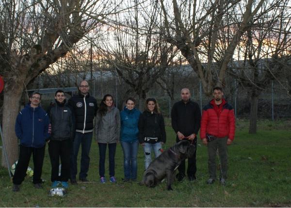 Foto d'alguns dels alumnes del curs de guia caní al CIS amb la mascota del curs, en Tro, un mastí napolità que pesa més que jo! :)