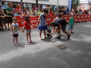 La Syra fent una recerca de la substància amagada en els peus dels nens del públic voluntaris