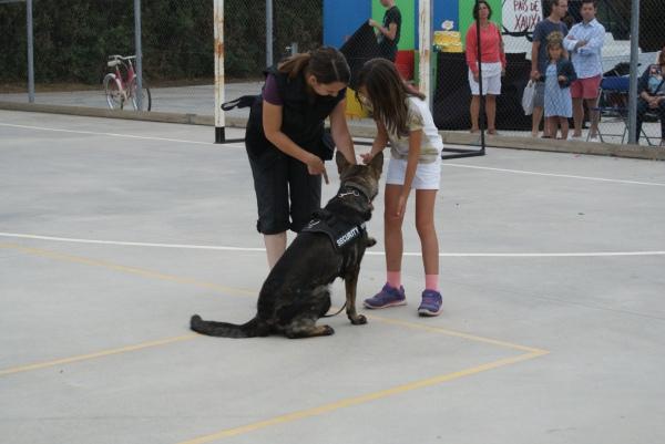 La Mina donant la pota a una nena del públic