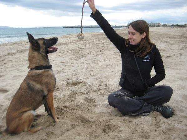 La Cendra, gossa detectora, i una servidora, Roser Feliu, jugant a la platja de La Rubina amb una pilota amb corda.