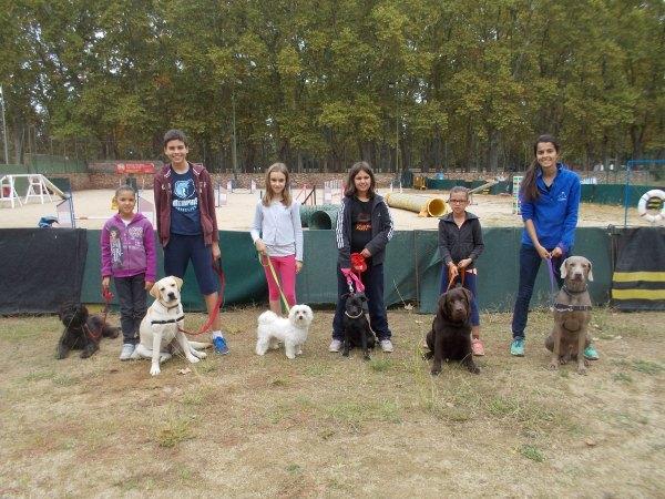 Alguns dels alumnes de dues i quatre potes més joves del curs d'educació canina i coneixements veterinaris de Lladruc!